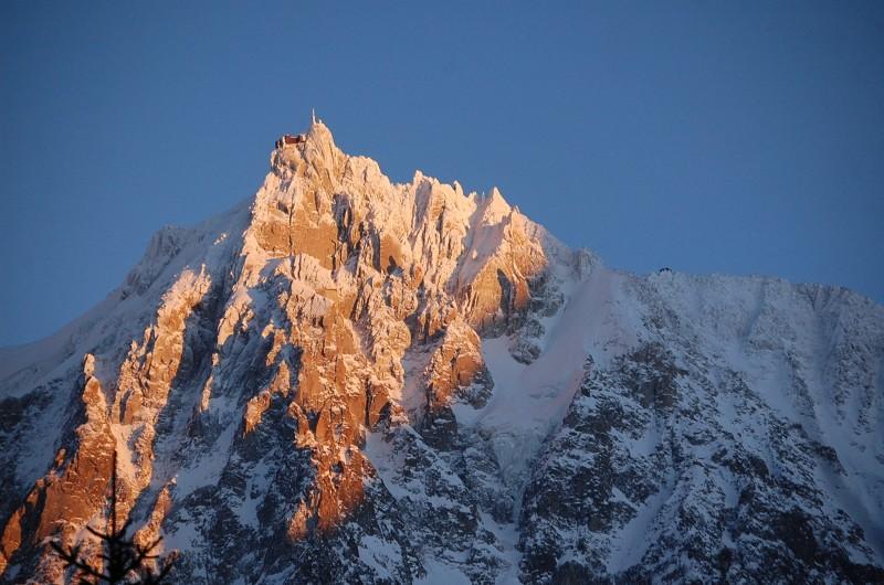 aiguille-du-midi-ot-vallee-de-chamonix-mont-blanc-jpg-800-665