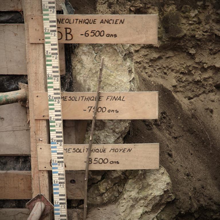 Fouilles préhistoriques à la Balme de Thuy